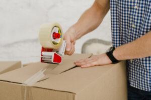 chiusura pacco con nastro adesivo